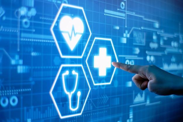 Una mano preme il concetto di assistenza sanitaria su un display futuristico.