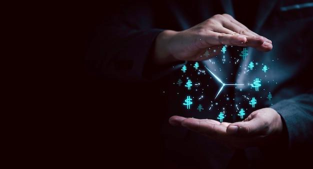 Protezione della mano per l'orologio virtuale con il simbolo del dollaro su sfondo scuro per il concetto di gestione del tempo e del denaro.