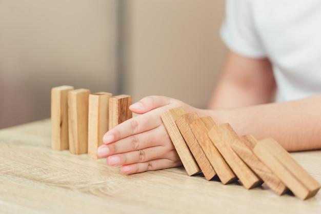 Estrazione a mano o posizionamento del blocco di legno.