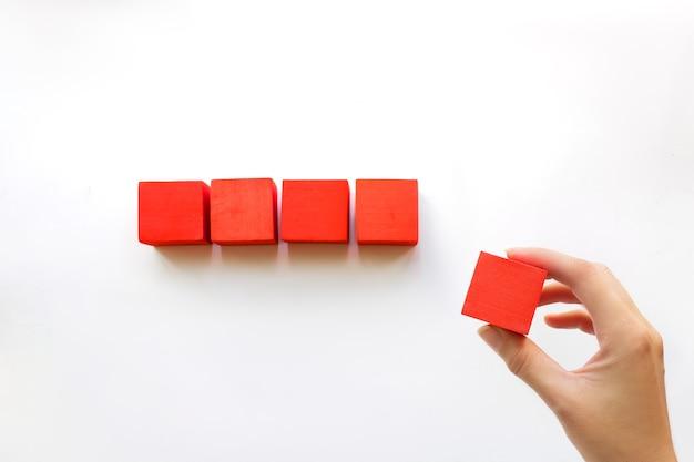 Metti a mano l'ultimo cubo per completare e finire la linea, che simboleggia l'unione della squadra o l'unità del lavoro di squadra,