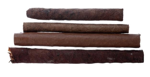 Sigari arrotolati a mano isolati su sfondo bianco vista dall'alto
