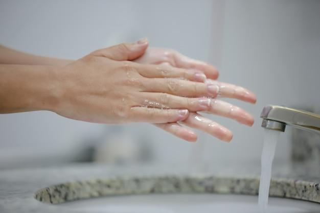 L'igienizzazione delle mani al rubinetto previene il covid19