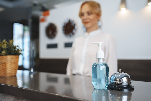 Bottiglia di disinfettante per le mani sulla reception dell'hotel