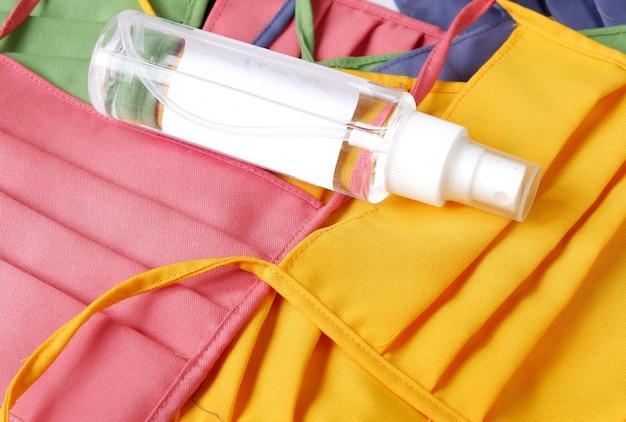 Igienizzante per le mani con maschera isolata su sfondo bianco