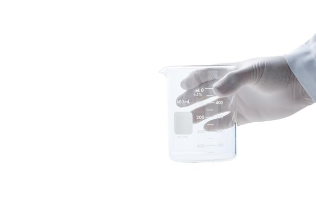 Scienziato della mano che indossa guanti di gomma e tiene bicchieri isolati e spazio coppy, vetreria di laboratorio chimico e concetto di scienza