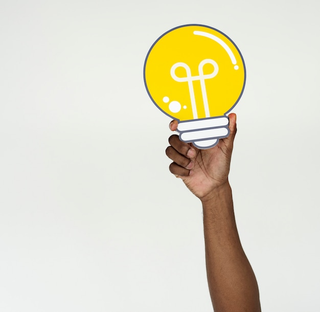 Le idee della lampadina della mano mostrano pensare