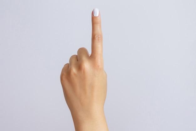 Mano mostra il numero uno. gesto o segno di conto alla rovescia. linguaggio dei segni