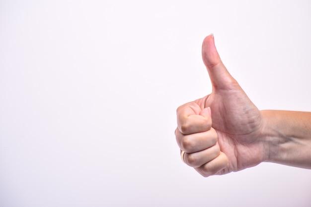 Consegnare mostra il gesto del pollice. mano dell'uomo che dà è segno giusto. copia spazio.