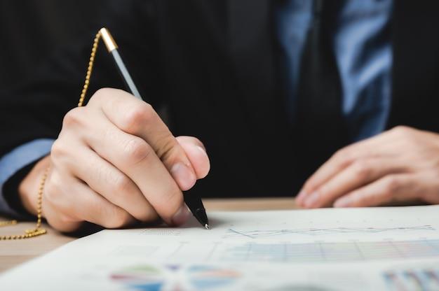 Firma a mano firma contratto commerciale approvato per la certificazione e il permesso sul documento cartaceo