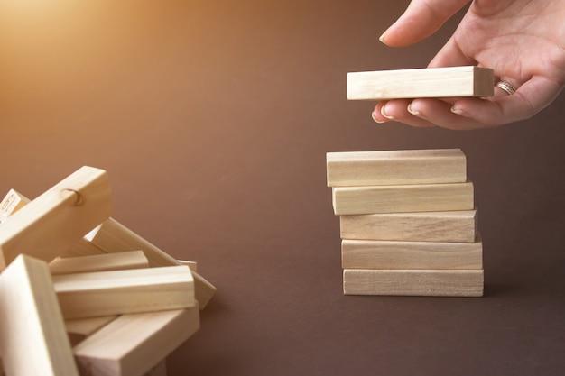 Blocchi di legno impilabili a mano per forma di scala, piramide. sviluppo aziendale, strategia