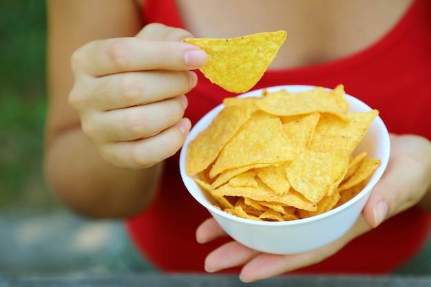 Prendi la tortilla chip da una ciotola piena.