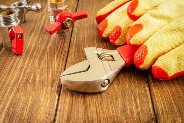 Strumento a mano su fondo di legno per il lavoro a casa con spazio pubblicitario set per fabbro o idraulico
