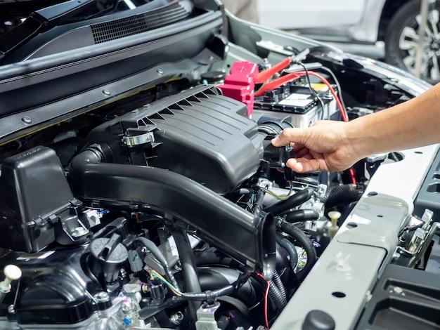 Tocco della mano e controllo dell'interno del motore della nuova auto shuny e chiara