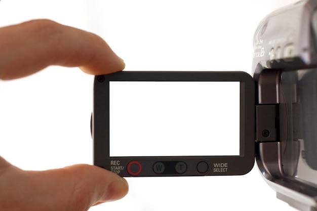 Mano che tocca lo schermo in bianco della videocamera
