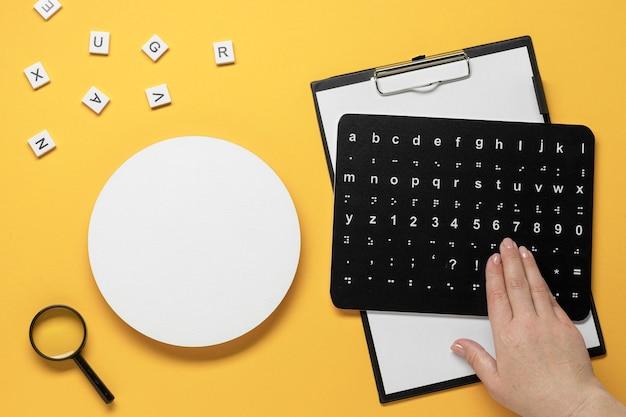 Mano che tocca la scheda di alfabeto braille