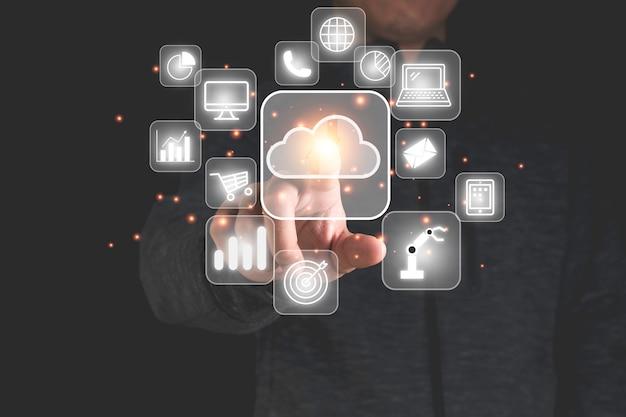 Cloud computing commovente della mano con le icone di tecnologia come il grafico del computer portatile i grandi dati della gestione della tecnologia delle nuvole includono la strategia aziendale