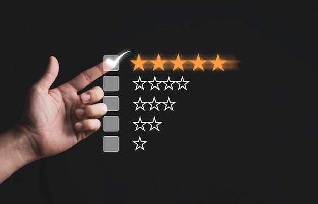 Mano che tocca e fa il segno a cinque stelle gialle su sfondo nero, la migliore soddisfazione del cliente e valutazione per prodotti e servizi di buona qualità.