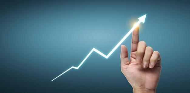 Mano toccando i grafici dell'indicatore finanziario e del grafico di analisi dell'economia di mercato contabile
