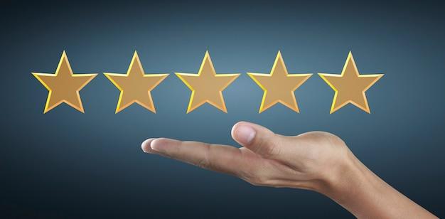 Mano di toccare aumento su cinque stelle crescenti. aumentare la valutazione della valutazione e il concetto di classificazione