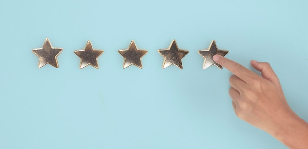 Mano di toccare l'aumento sull'aumento di cinque stelle aumentare la valutazione della valutazione e il concetto di classificazione