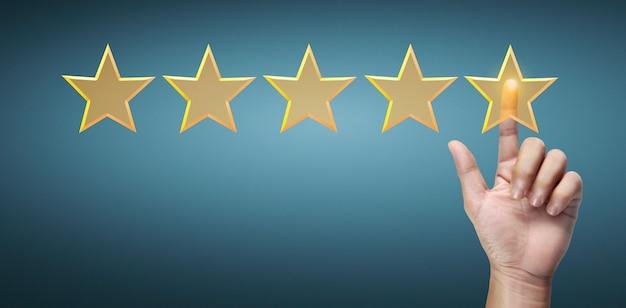 Mano di toccante aumento all'aumentare di cinque stelle. aumentare il concetto di classificazione della valutazione del rating