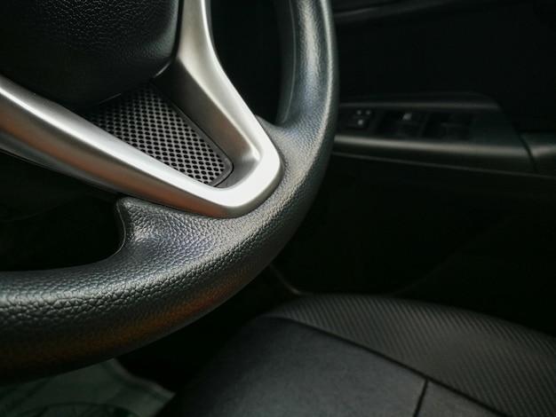 Girare a sinistra o a destra durante la guida.