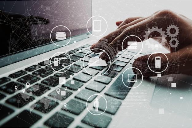 Digitazione a mano sulla tastiera sul laptop moderno