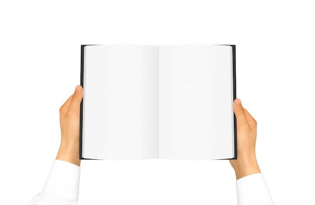 Mano nella manica bianca della camicia che tiene libro in bianco