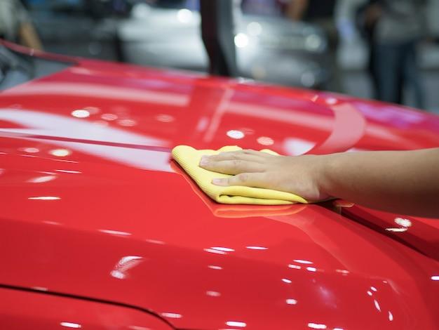 Pulisci a mano l'auto lucida, pulisci il nuovo concetto di auto, pulisci a mano la nuova auto