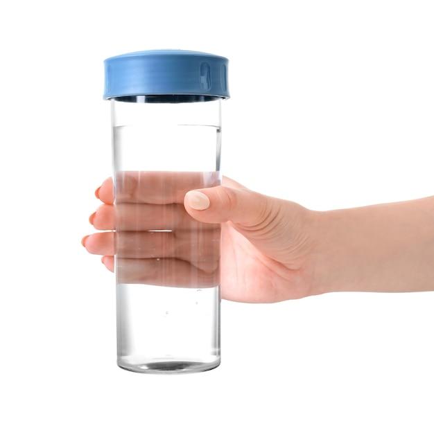 Mano con una bottiglia di acqua pulita su bianco