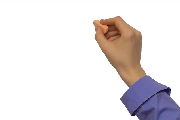 La mano con gesso e lavagna nera