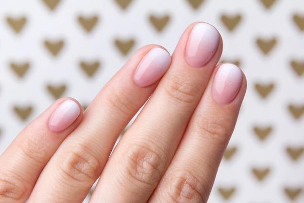 Mano con manicure