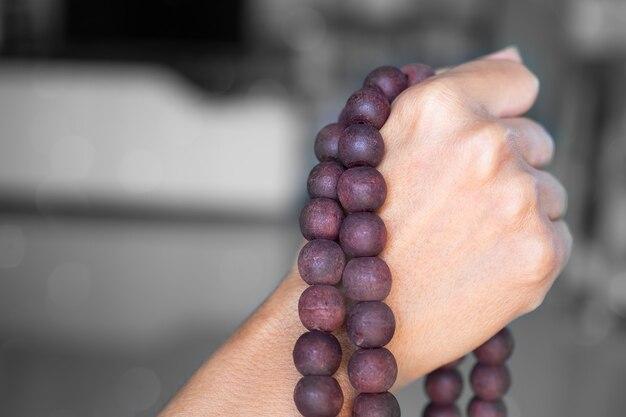 Rosario della holding della donna della mano