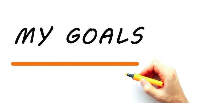 Mano che scrive i miei obiettivi con un pennarello