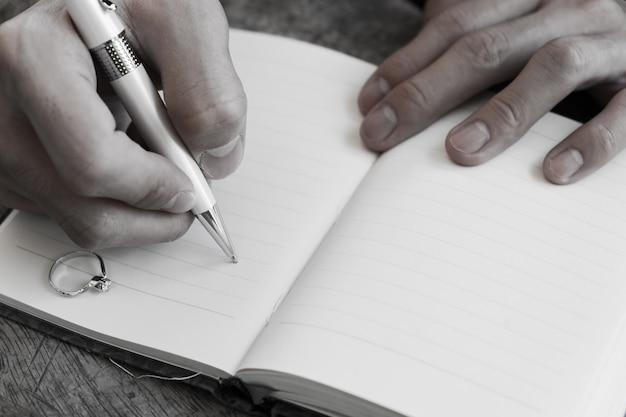 Quaderno con penna bianca per scrittura a mano con anello di diamanti in memoria