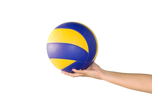 Mano della giovane donna che tiene la pallavolo isolata su bianco.