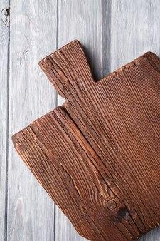 Vecchio tagliere artigianale in legno di teak marrone scuro