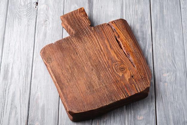 Vecchio tagliere artigianale in legno marrone scuro