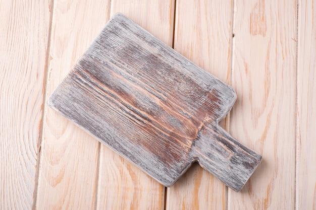 Vecchio tagliere artigianale in legno bianco