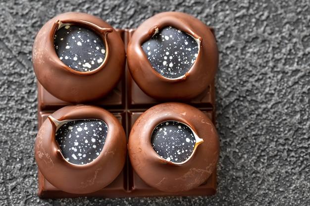 Caramelle di cioccolato artigianali su fondo nero