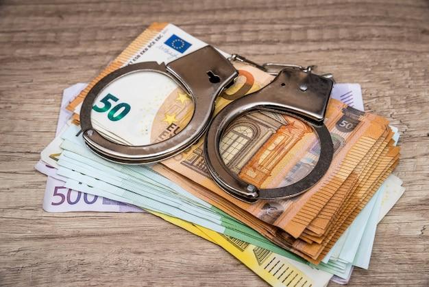 Manette sulle banconote in euro