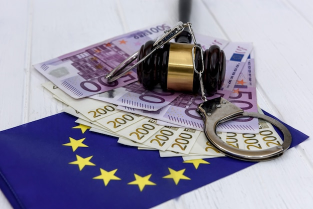 Manette con banconote in euro e martelletto del giudice