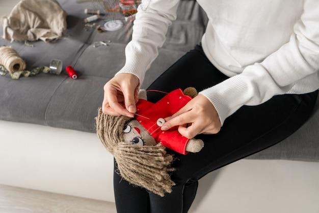 L'artigianato è un hobby affascinante. la persona cuce bambole a suo piacimento.
