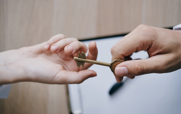 Consegnare la chiave di mano in mano ai documenti di lavoro di finanza aziendale dell'ufficio.