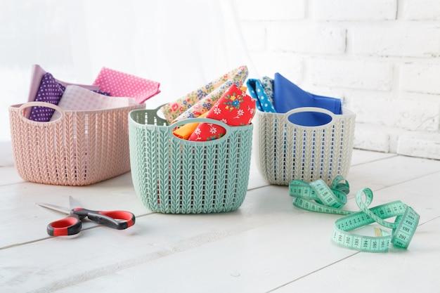 Organizzatori fatti a mano accessori per la casa cestini colorati con strumenti sul tavolo