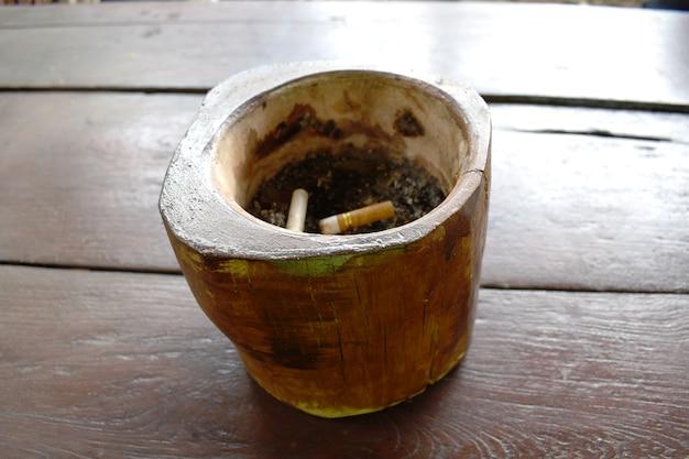 Posacenere fatto a mano con mozziconi di sigaretta sporchi