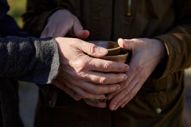 Piatti in ceramica fatti a mano nelle mani di uno scultore.