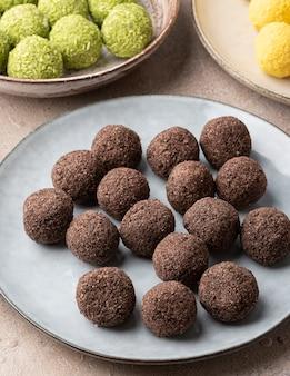 Tartufi al cioccolato artigianali cosparsi di briciole di biscotti