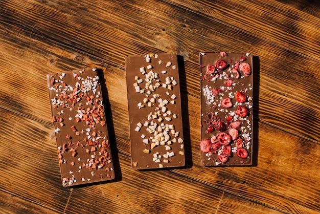 Cioccolato artigianale su fondo in legno