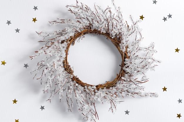 Ghirlanda di natale fatta a mano a forma di fiocco di neve creativo su bianco